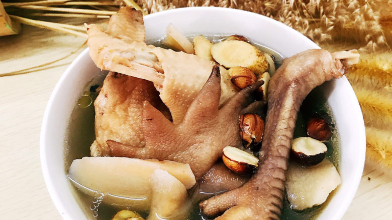 药膳养生鸡汤,装入碗中