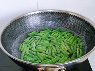 红烧鸭肉,刀豆洗干净,掰段,焯水,水烧开后,下刀豆,大火煮2分钟捞出。