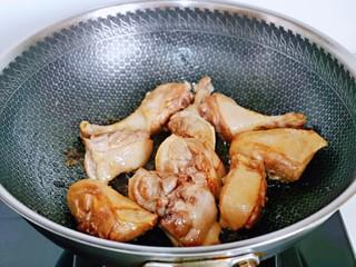 红烧鸭肉,加入鸭腿块,炒糖色。