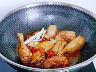 红烧鸭肉,加入八角,桂皮,葱姜翻炒均匀。