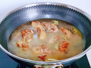 红烧鸭肉,加入纯净水,没过鸭腿为佳,烧开后,转小火慢炖约35分钟。