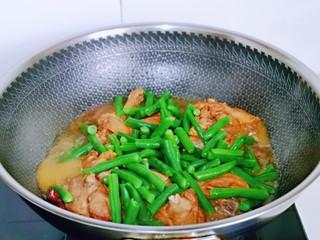 红烧鸭肉,再加入焯水的刀豆,不要盖盖子,炖5分钟。
