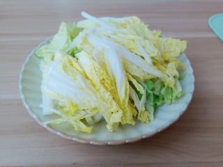 醋溜大白菜,白菜叶一样切成寸段。