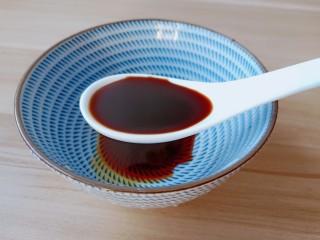 醋溜大白菜,碗里放2勺生抽。一勺蚝油。