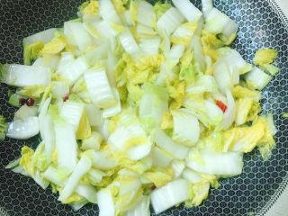醋溜大白菜,不用加水,放盐、白糖炒熟