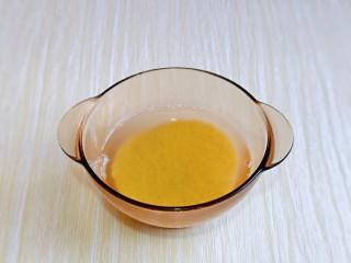 苹果小米粥,首先将小米淘干净,冷水泡30分钟,
