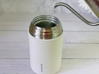 苹果小米粥,首先倒入1000毫升沸水。