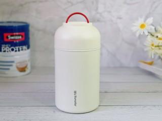 苹果小米粥,盖上盖子预热1分钟左右,预热好后将水倒掉。
