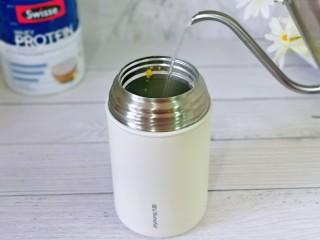 苹果小米粥,再次注入100度沸水。(一定要沸水哈)