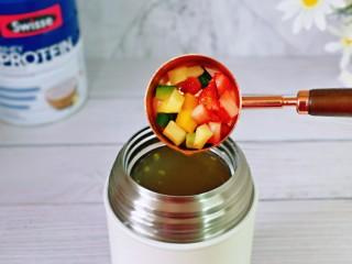 苹果小米粥,再加入切好的水果,盖上盖子焖2分钟就可以直接食用啦!
