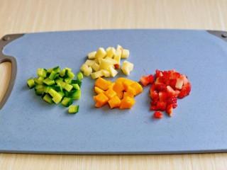 苹果小米粥,时间快到时再切水果哈,避免氧化,水果可以任意搭配,自己喜欢的都可以。