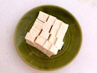 油菜豆腐,把豆腐切成小块