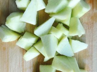 小米苹果粥,苹果削皮后切成小块