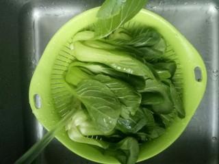 油菜豆腐,青菜用清水冲洗干净,沥干水份