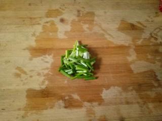 油菜豆腐,小葱清洗干净,切成小段