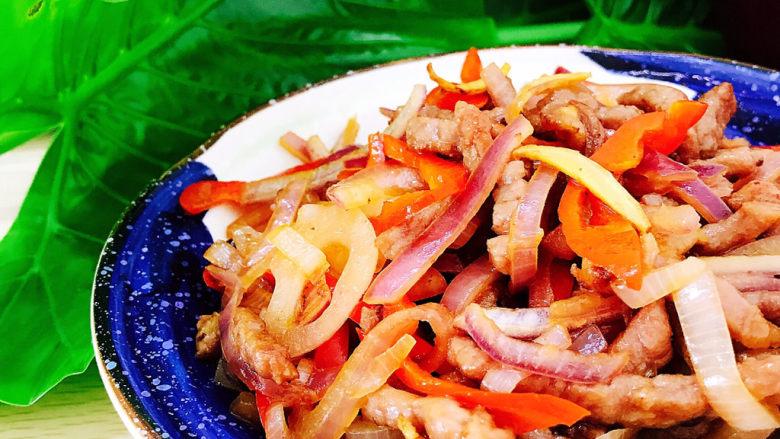 洋葱炒牛肉,装盘食用