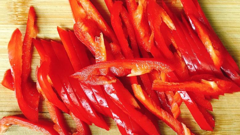 洋葱炒牛肉,<a style='color:red;display:inline-block;' href='/shicai/ 3446'>红尖椒</a>切成丝