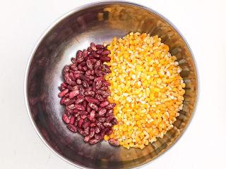 玉米渣粥,把玉米渣和大芸豆混合在一起