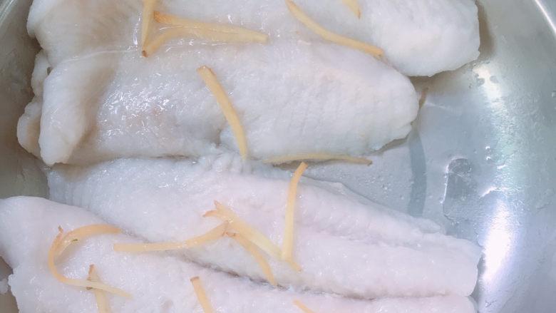 清蒸龙利鱼,蒸锅水烧开后放入锅中,蒸8—10分钟。