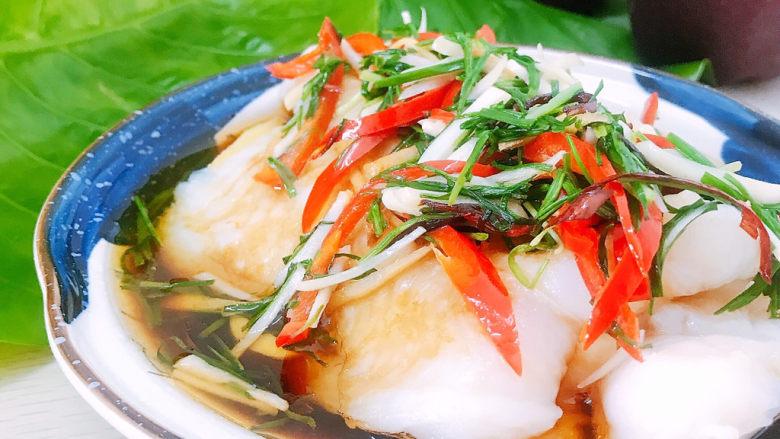 清蒸龙利鱼,将做好的调料汁淋在龙利鱼身上