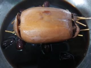 糯米藕,煮至里面的糯米软糯藕上色即可,大概小火煮三小时左右