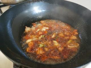 大白菜炖粉条,倒入生抽,老抽,料酒。