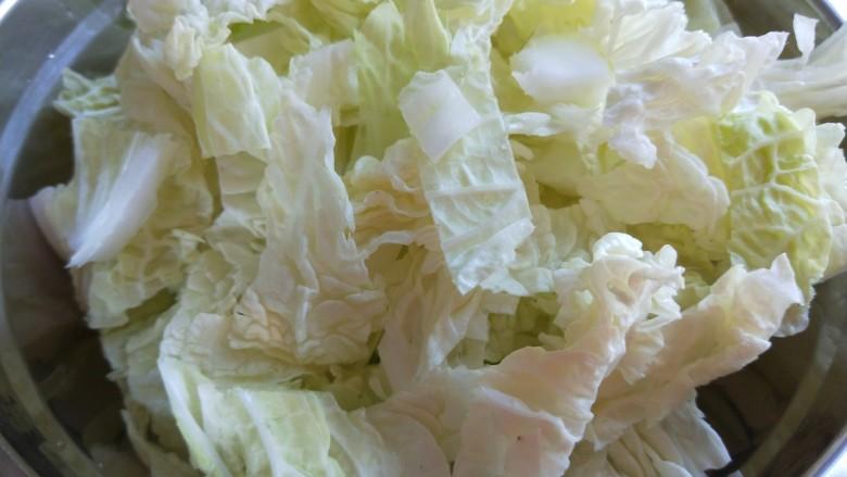 大白菜炖粉条,白菜叶放一盆。