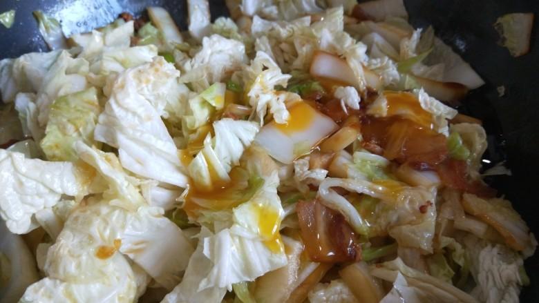 大白菜炖粉条,加入适量鲜鸡汁翻炒均匀。