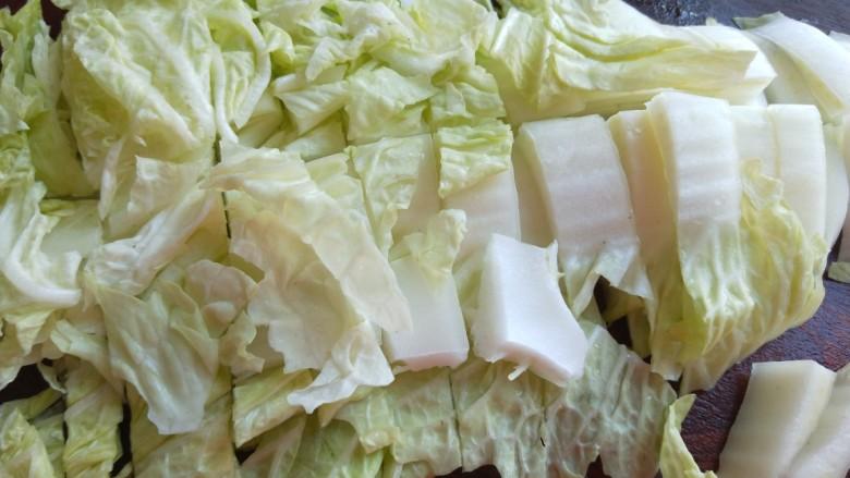 大白菜炖粉条,切成条,中间在切一刀。