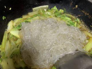 大白菜炖粉条,放开水放粉条