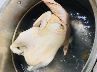 家庭版白切鸡,拿出晾一分钟再次放入。