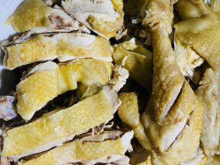 家庭版白切鸡,快刀斩鸡装盘。