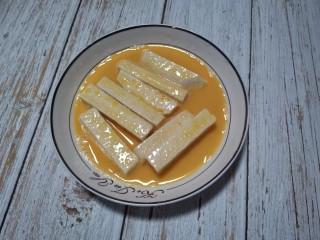芋头酥,裹好淀粉的芋头先裹上蛋液