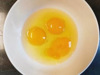 蔓越莓蛋糕(蒸),找个大点的碟或碗,把3个鸡蛋打出来放碗里