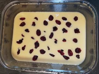 蔓越莓蛋糕(蒸),找1个空盘把搅拌好的蛋液,倒入盘中,把蔓越莓干轻摆放入蛋液上面