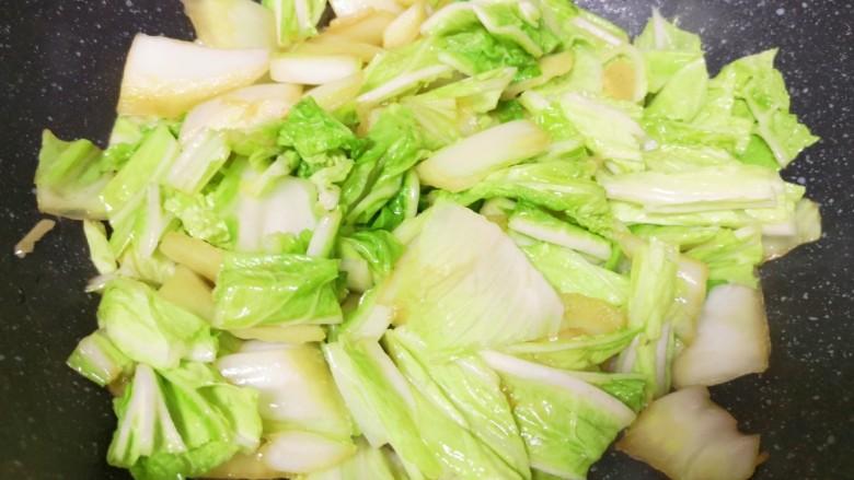 大白菜炖粉条,下入白菜叶翻炒均匀。