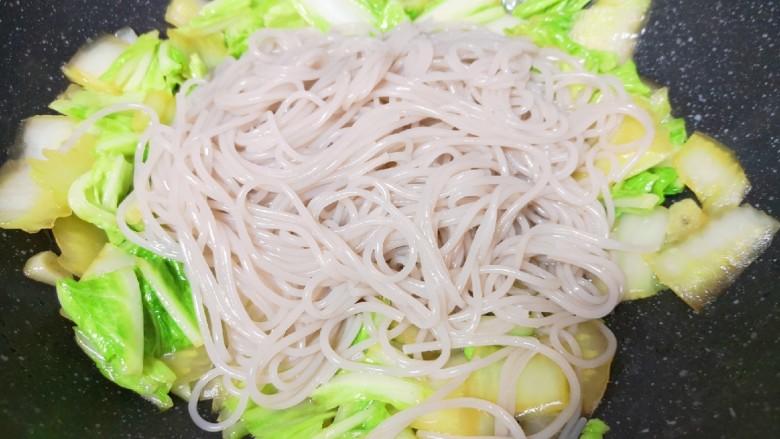 大白菜炖粉条,下入粉条翻炒均匀。