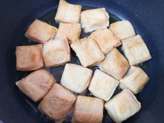 油菜豆腐,中小火炸至两面金黄,盛出备用。