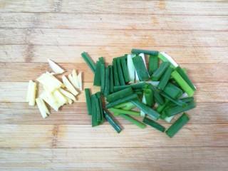 油菜豆腐,生姜切成丝,小葱切成段。