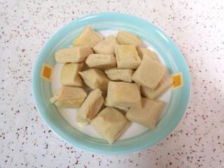 油菜豆腐,小豆腐自然解冻。