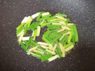 油菜豆腐,炒锅内倒适量的食用油烧热,下入葱段炒香。