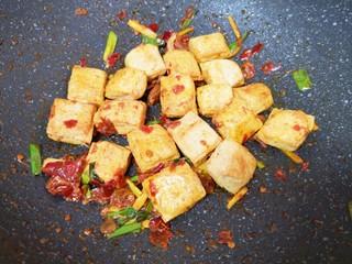 油菜豆腐,下入炸好的小豆腐翻炒均匀。