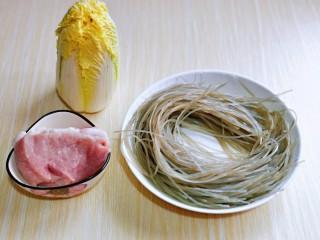 大白菜炖粉条,准备食材。
