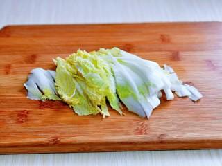 大白菜炖粉条,白菜洗干净,切丝,不要切的太细。