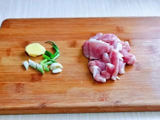 大白菜炖粉条,猪肉洗干净切片,葱姜蒜去皮切好。