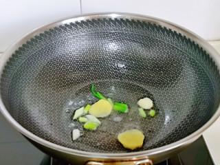 大白菜炖粉条,起油锅,加入葱姜蒜煸炒出香味。