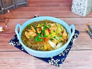 大白菜炖粉条,盛出装盘,撒上葱花及红辣椒点缀,简单快手家常菜。