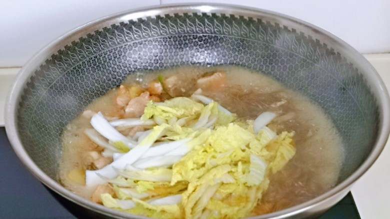 大白菜炖粉条,再加入泡软的粉条,白菜丝,中火烧5-8分钟。