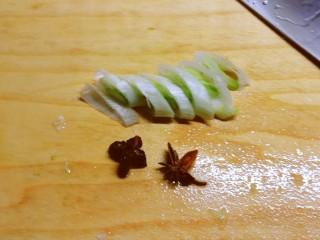 大白菜炖粉条,葱切片 八角2个