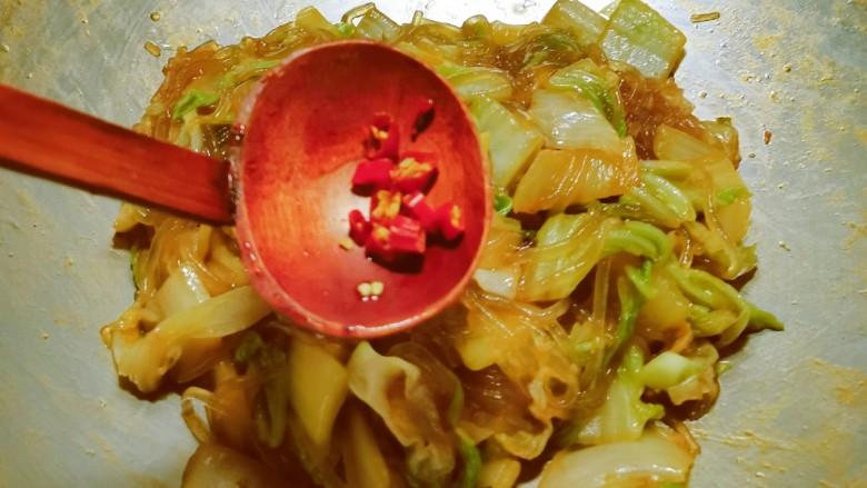 大白菜炖粉条,放入红辣椒 不吃辣这步省略 关火